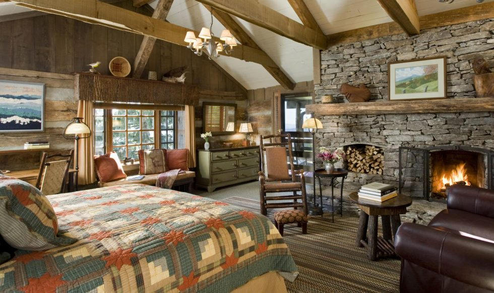 Farmhouse bedroom with fireplace - Country Style