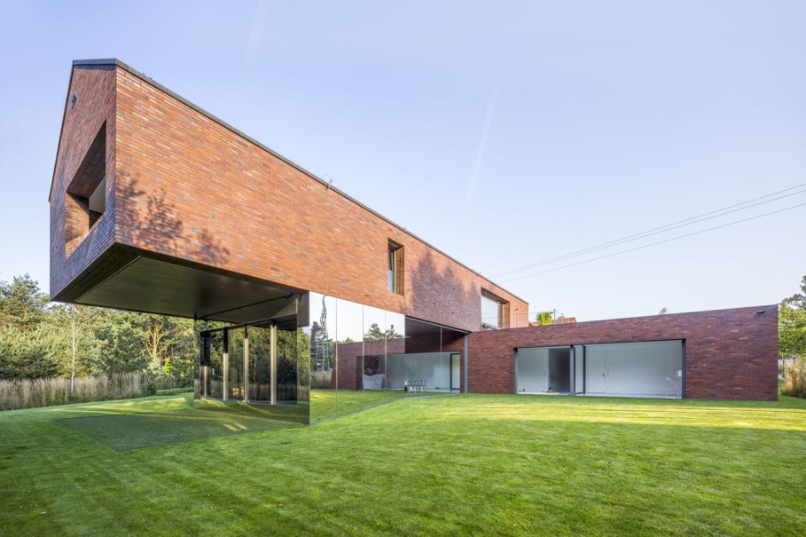 Cantilevered House in Poland by Robert Konieczny 2