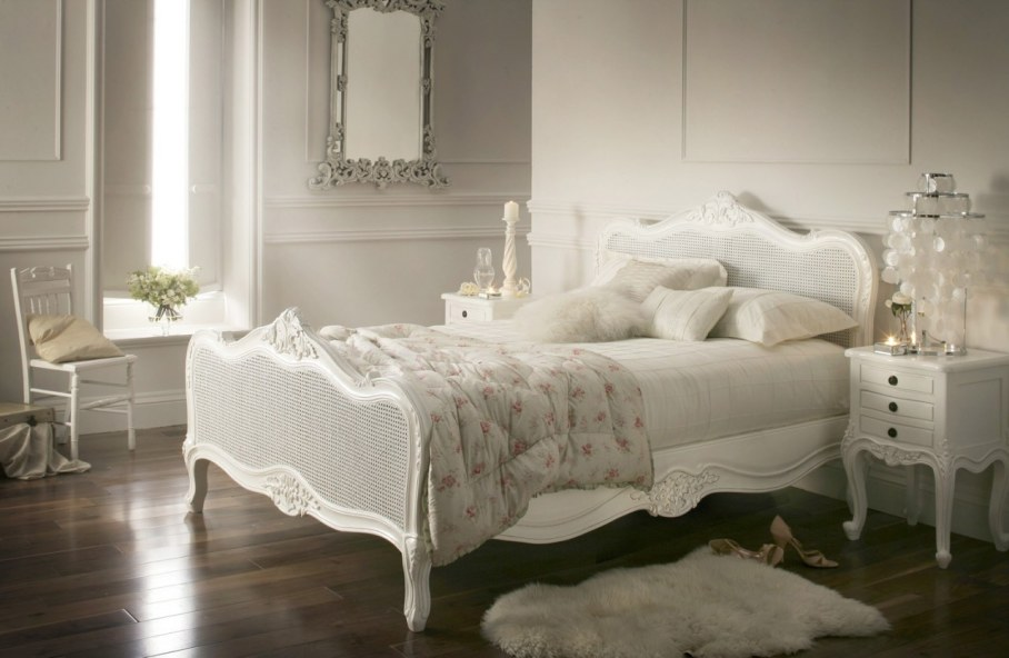 Provence style bedroom - The emphasis on the bed