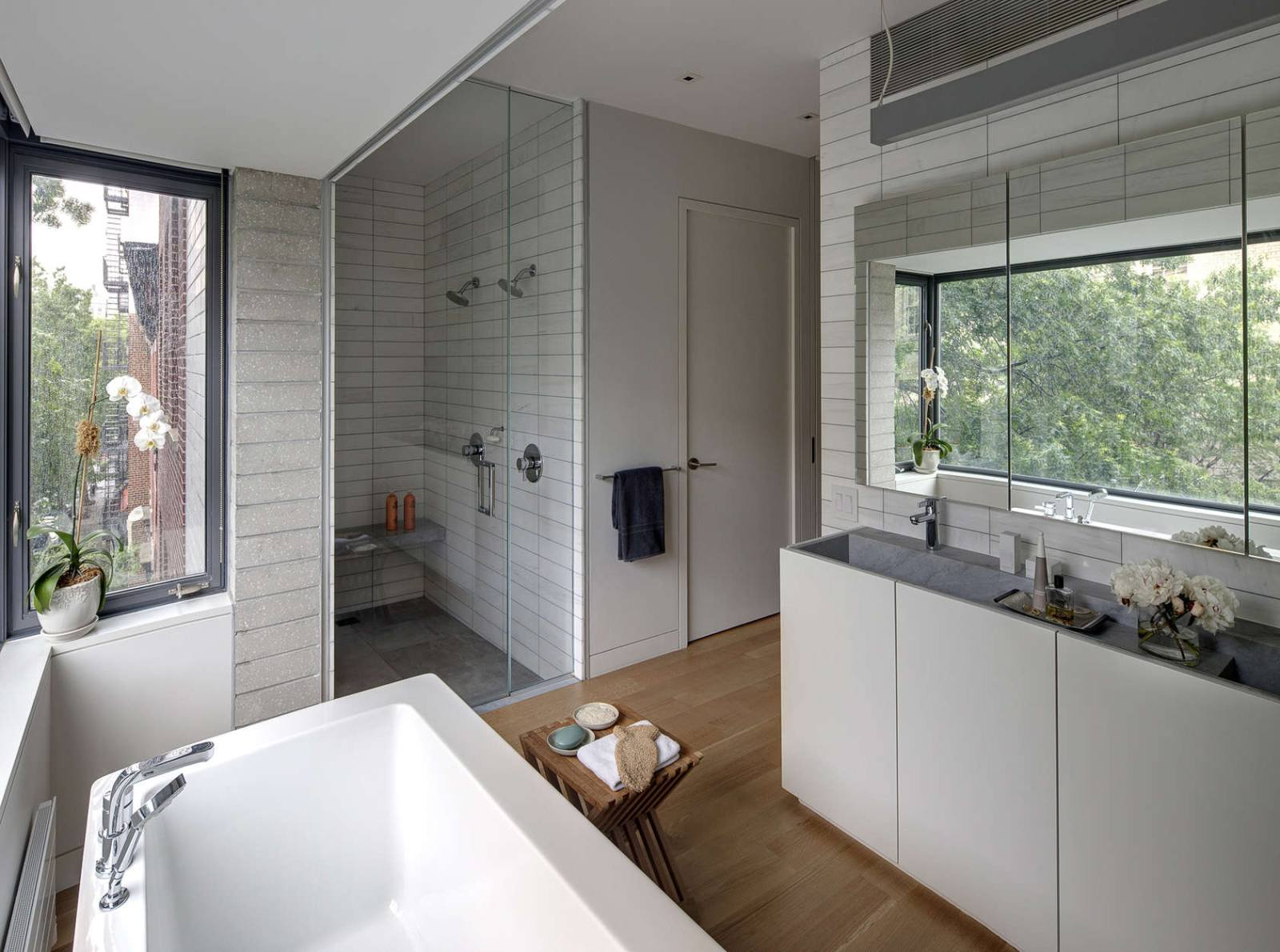 Stylish townhouse interior in new york for Townhouse bathroom ideas