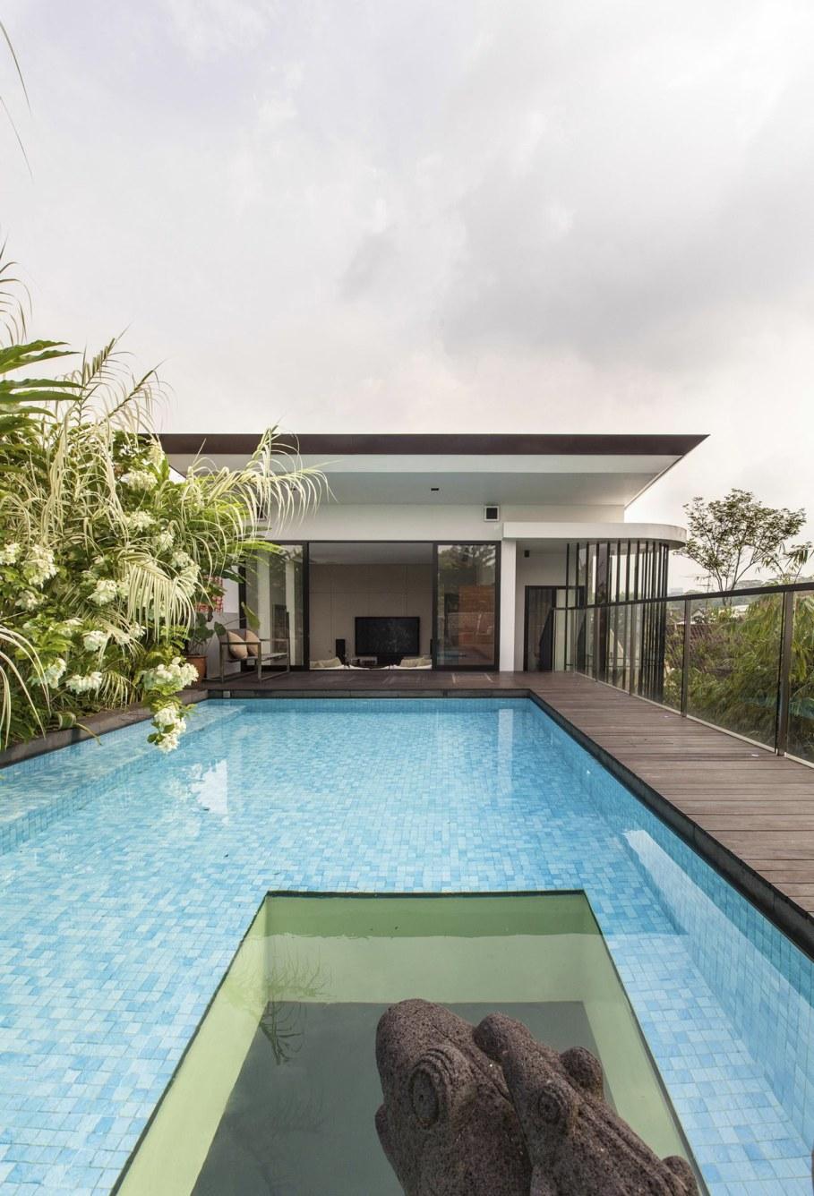 Tan's Garden Villa in Singapore - lush flora refreshing the top of house