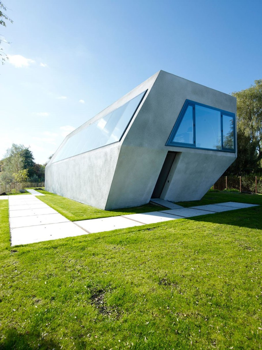 The House Of Unusual Shape From VMX Architects - A strange building