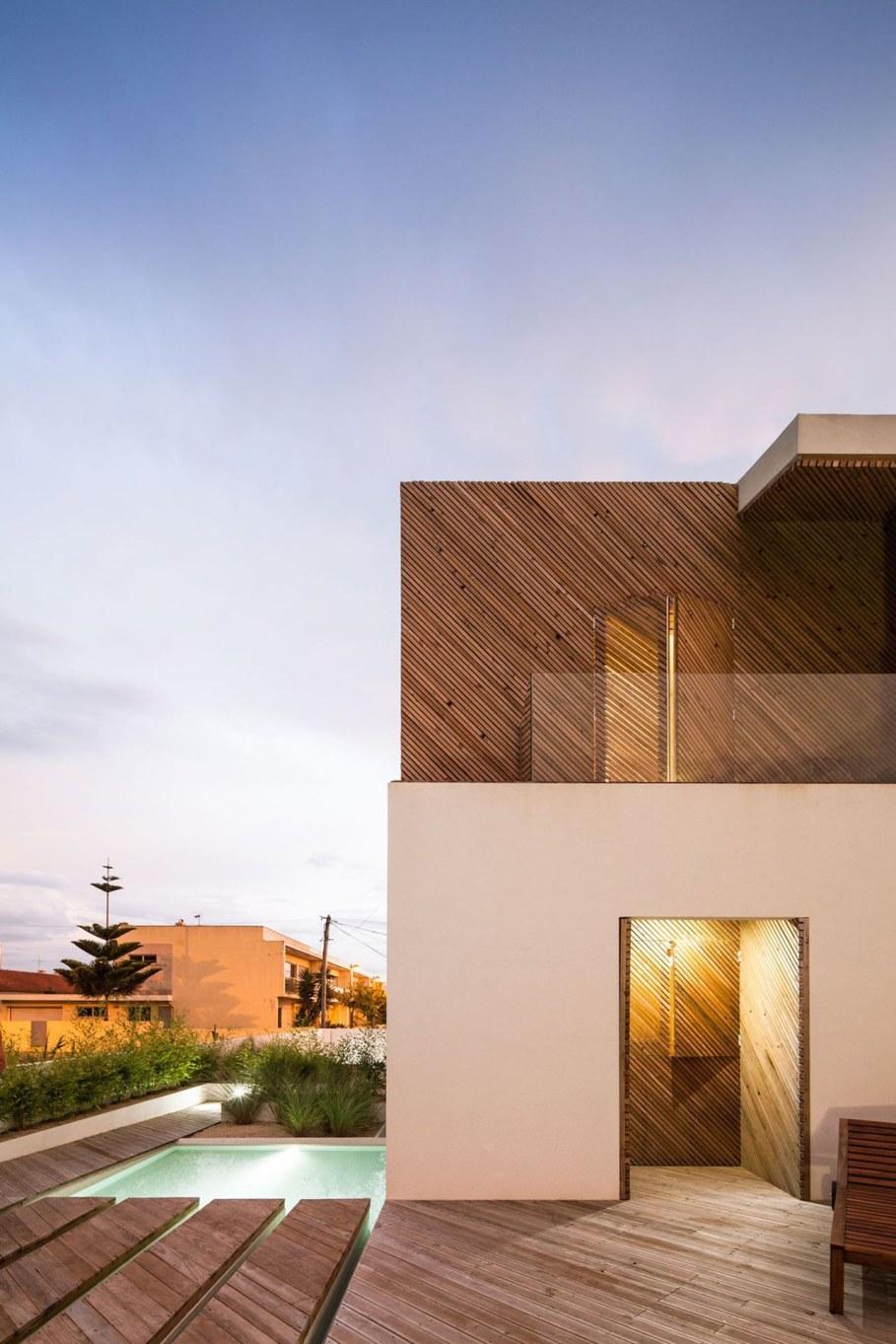 Silver Wood House By Ernesto Pereira 10