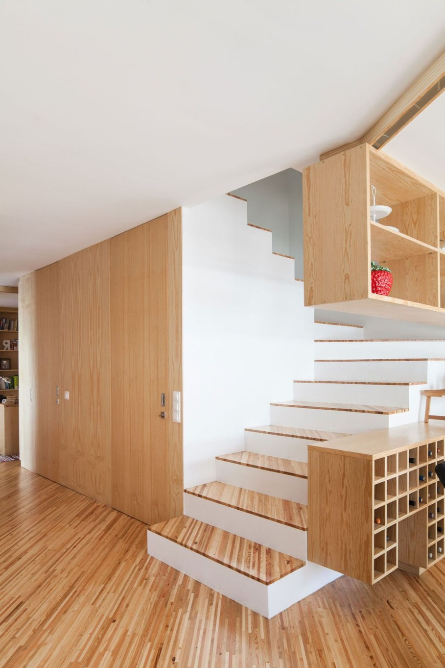 Silver Wood House By Ernesto Pereira - Staircase