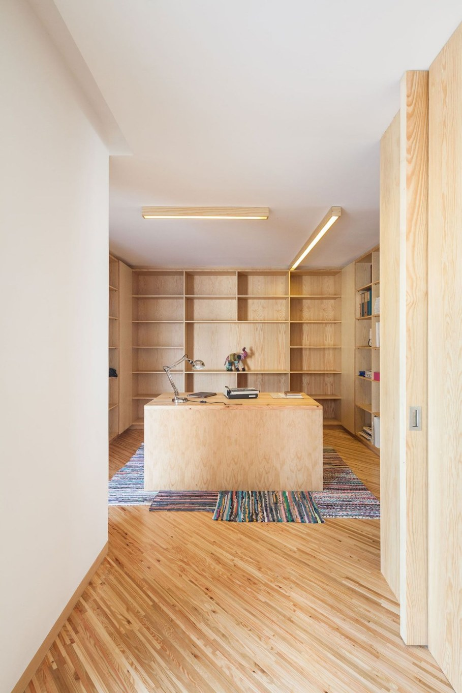 Silver Wood House By Ernesto Pereira - Workplace