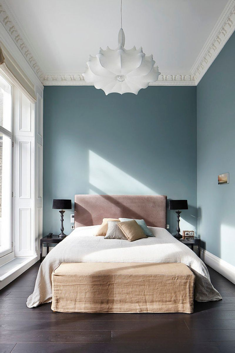 Stylish design of the three-storeyed residence in London - Fretwork, created around the perimeter, decorate the snow-white ceiling together with peculiar chandelier