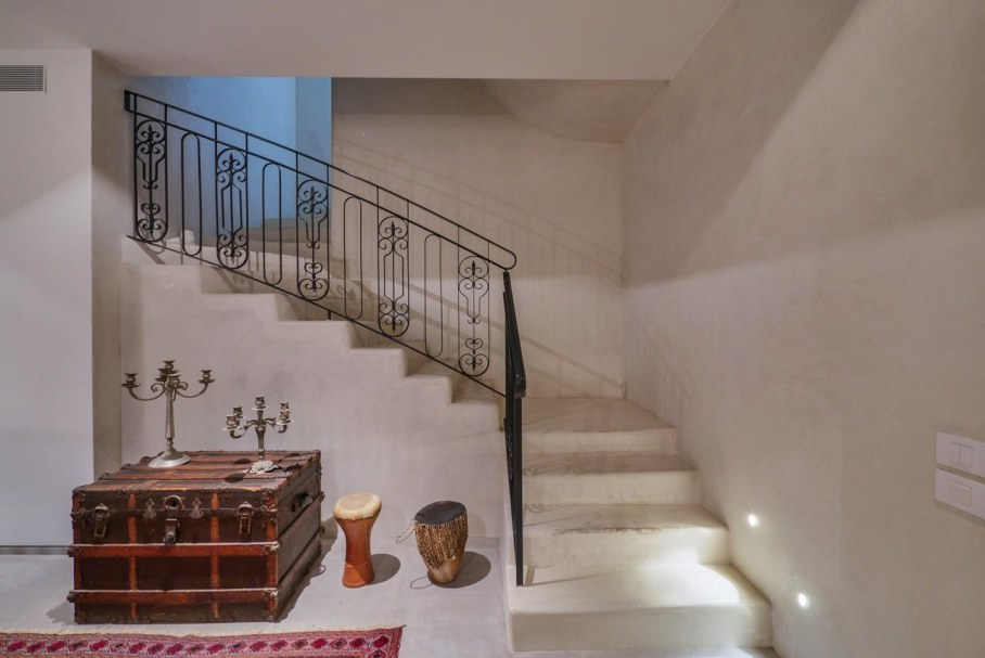 Villa from Witt Architects In Tel-Aviv - Staircase and unusual furniture