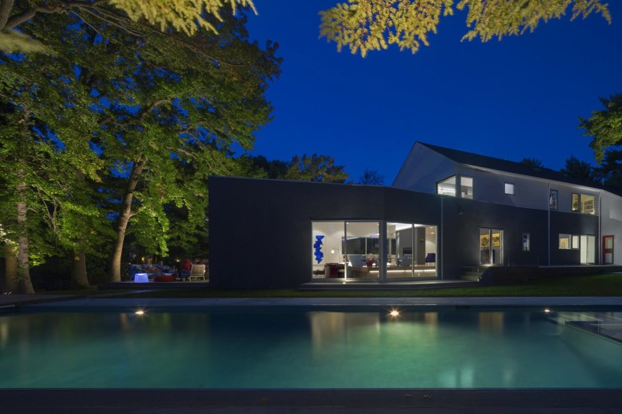 Colonial house from Fougeron Architecture studio - Swimming pool, night