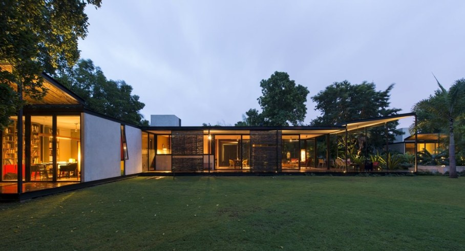 Energy-Saving Itzimna House in Mexico - side view