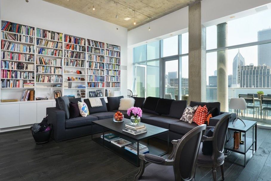 Penthouse Hi-Rise with panoramic view of Chicago - Living room with home library