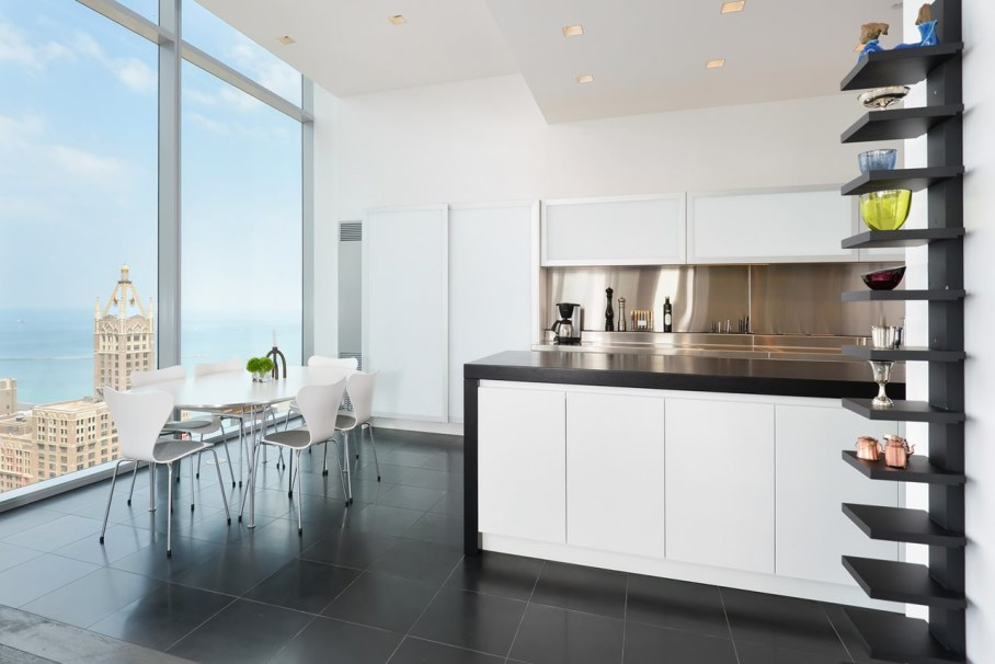 Penthouse Hi-Rise with panoramic view of Chicago - kitchen and dining table