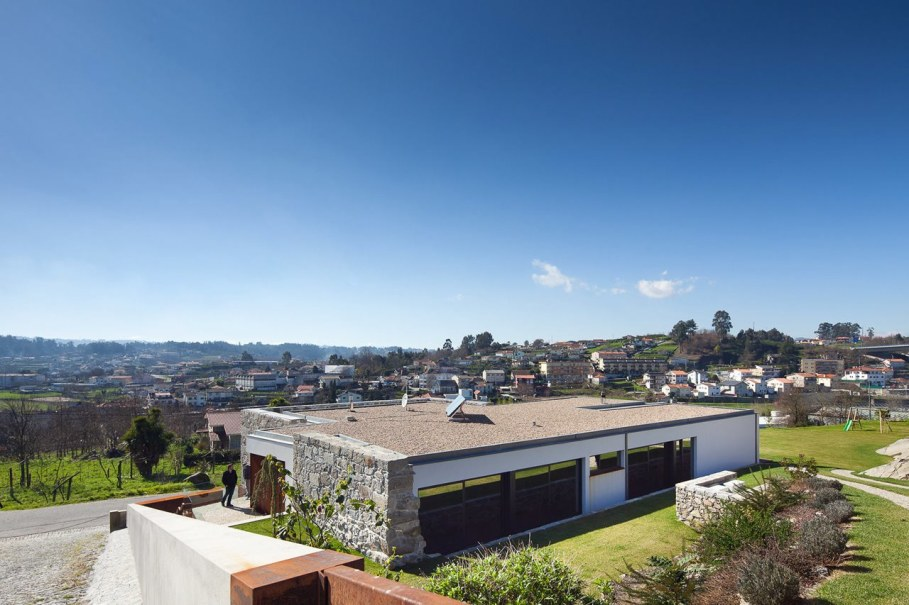 The new house within the walls of an old building - RM House by Fernando Coelho 4