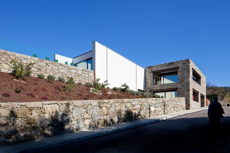 The new house within the walls of an old building - RM House by Fernando Coelho 7