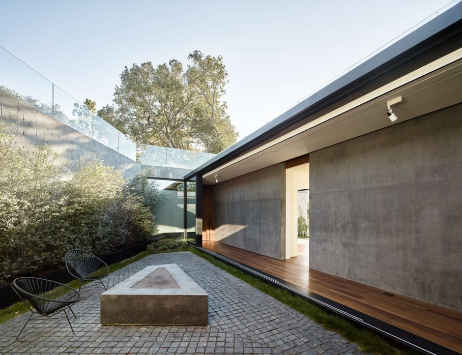 The private house Oak Pass in California by Walker Workshop - Courtyard