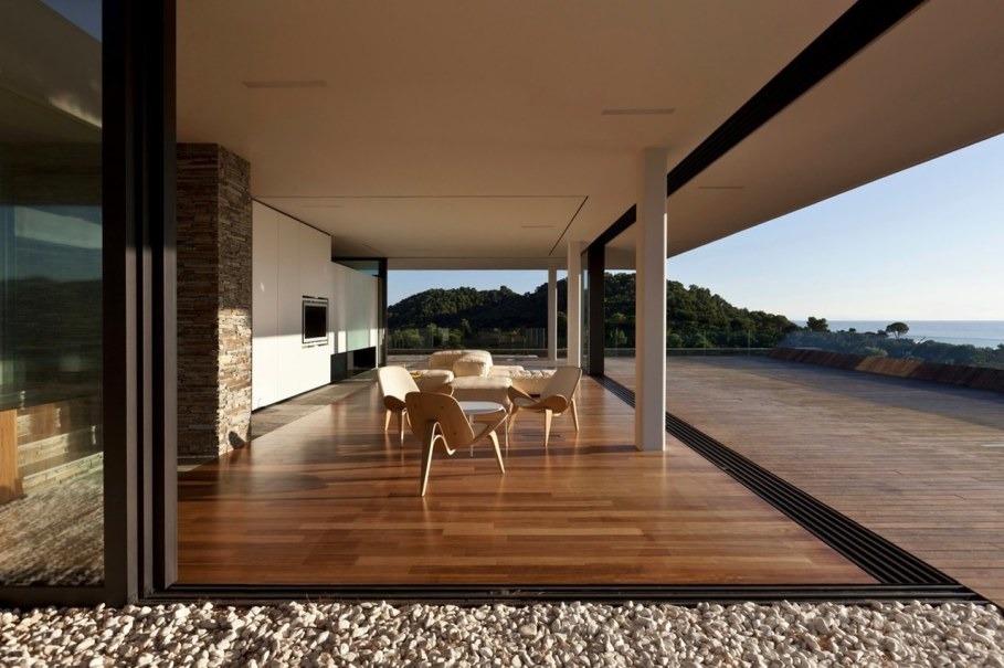 The shining Plane House residence on the Greek island - outdoor terrace