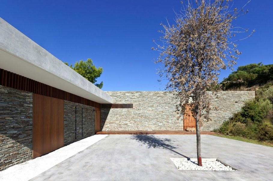 The shining Plane House residence on the Greek island - patio