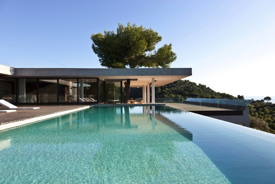 The shining Plane House residence on the Greek island - swimming pool