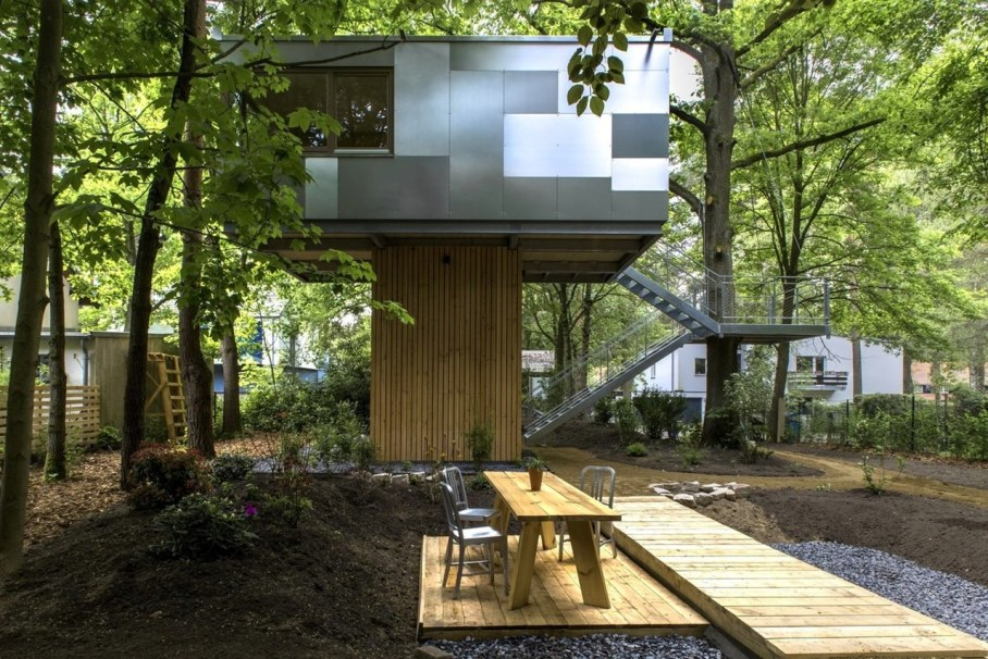 Urban Treehouse by Baumraum - dining place