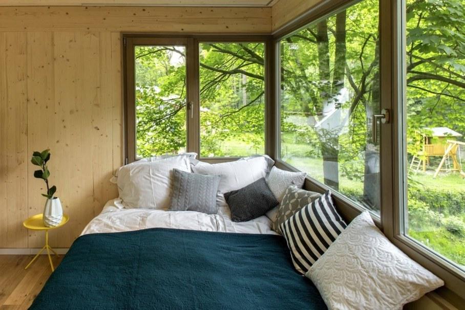 Urban Treehouse by Baumraum - large windows