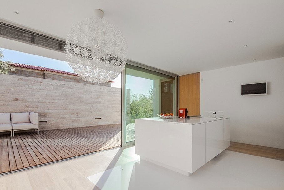 Cozy House For A Family With Children In Portugal - Kitchen and outdoor terrace