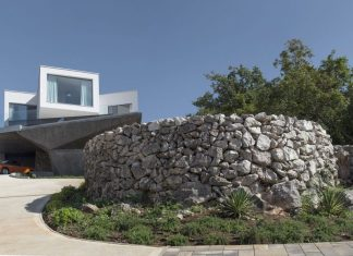 "Unusual house: ""geometry of angles"" in the midst of idyllic landscape"