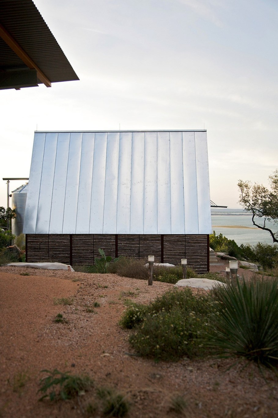 Rest House On The Lake's Bank in Texas From Mell Lawrence Architects 10