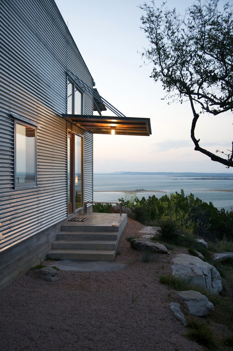 Rest House On The Lake's Bank in Texas From Mell Lawrence Architects 6