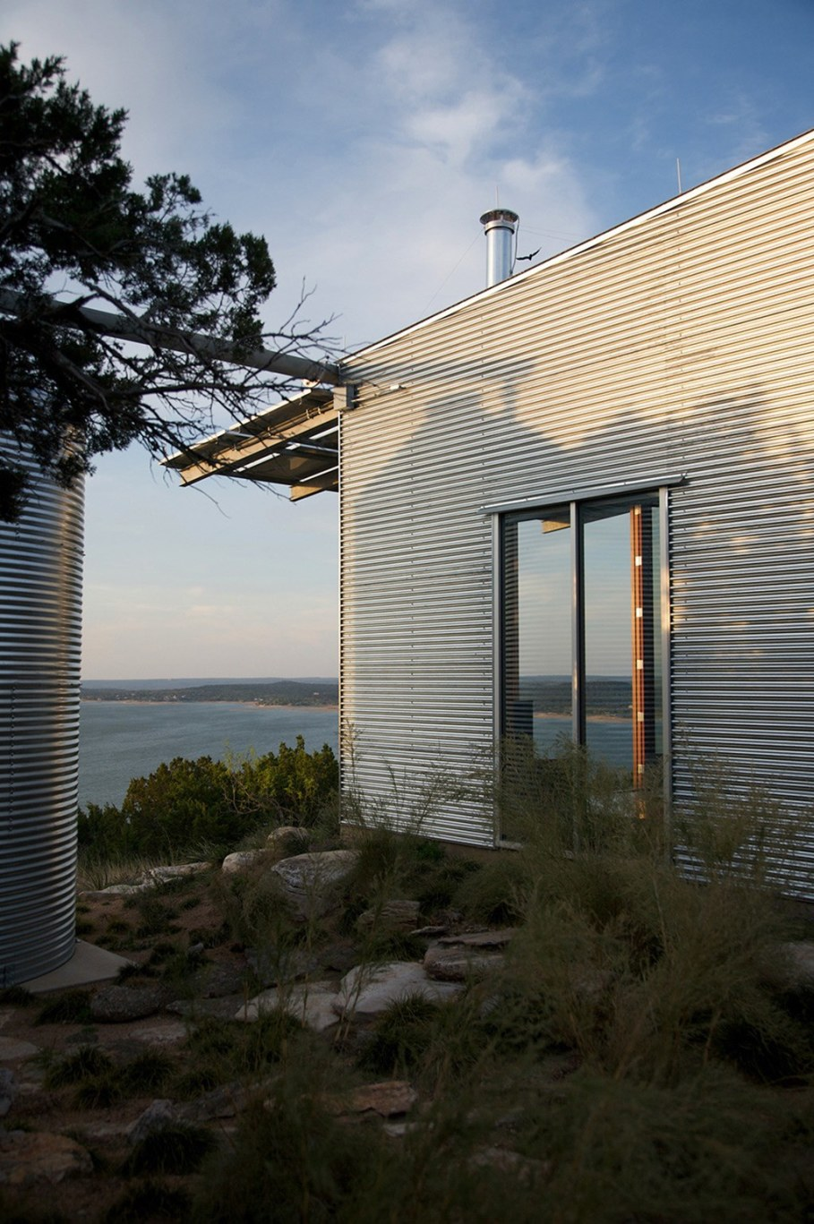 Rest House On The Lake's Bank in Texas From Mell Lawrence Architects 7