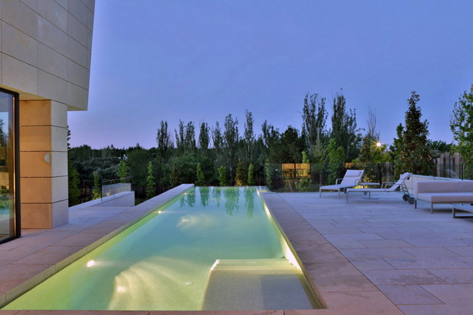 The modern five bedroom house in Madrid 16