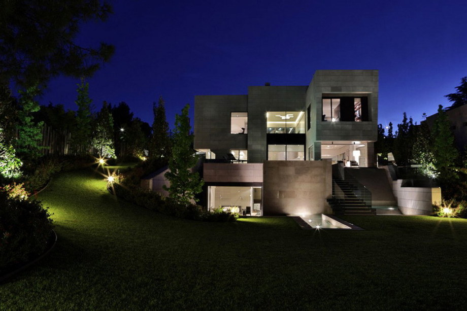 The modern five bedroom house in Madrid 19
