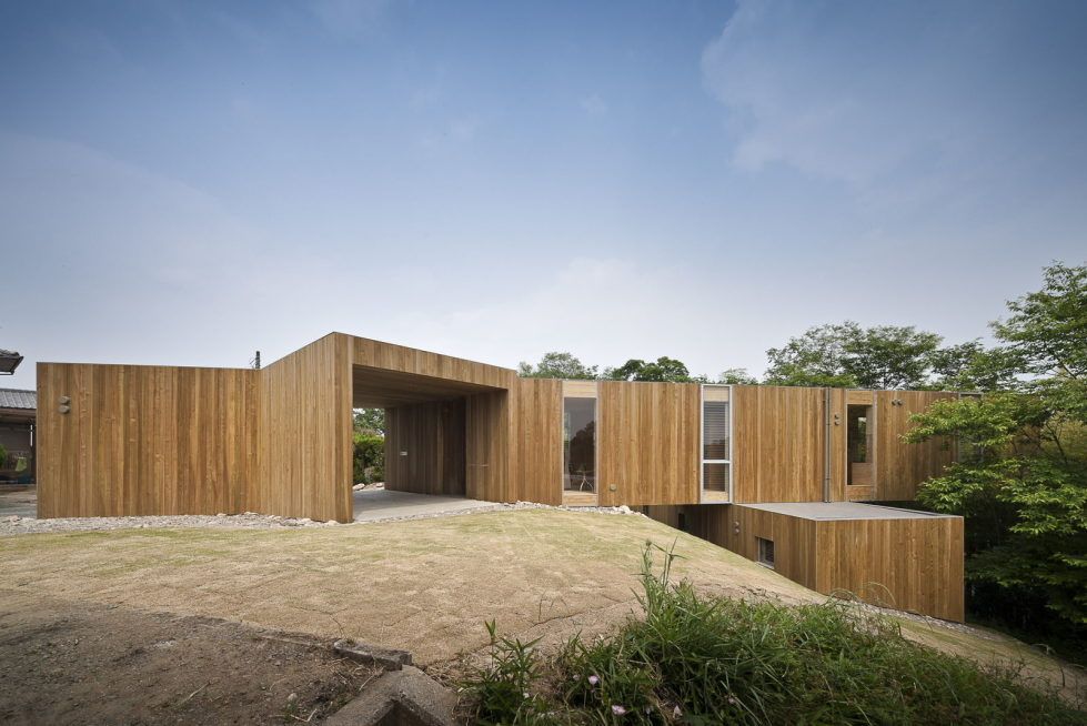 The pendulous over the forest house '+ node' from the UID Architects 1
