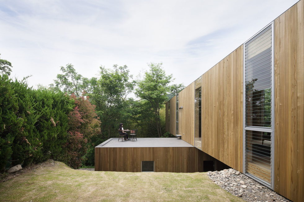 The pendulous over the forest house '+ node' from the UID Architects 2