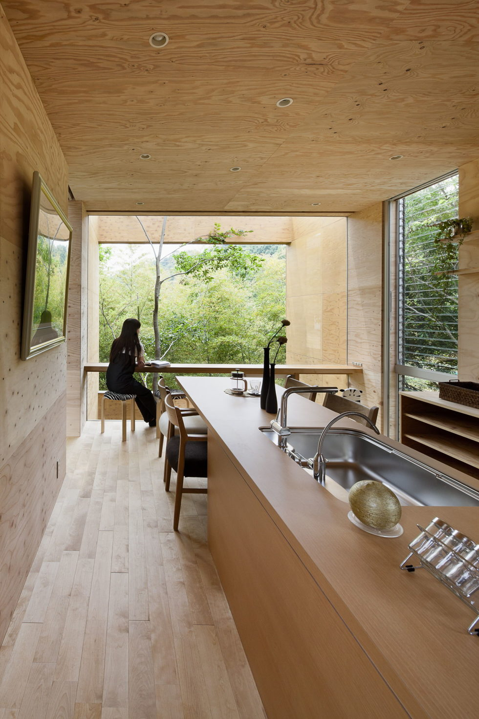 The pendulous over the forest house '+ node' from the UID Architects 7