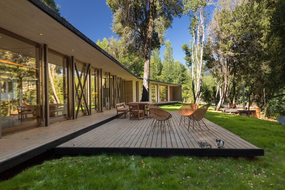 Cozy Family House From Planmaestro Studio On The Lake Shore In Chile 1