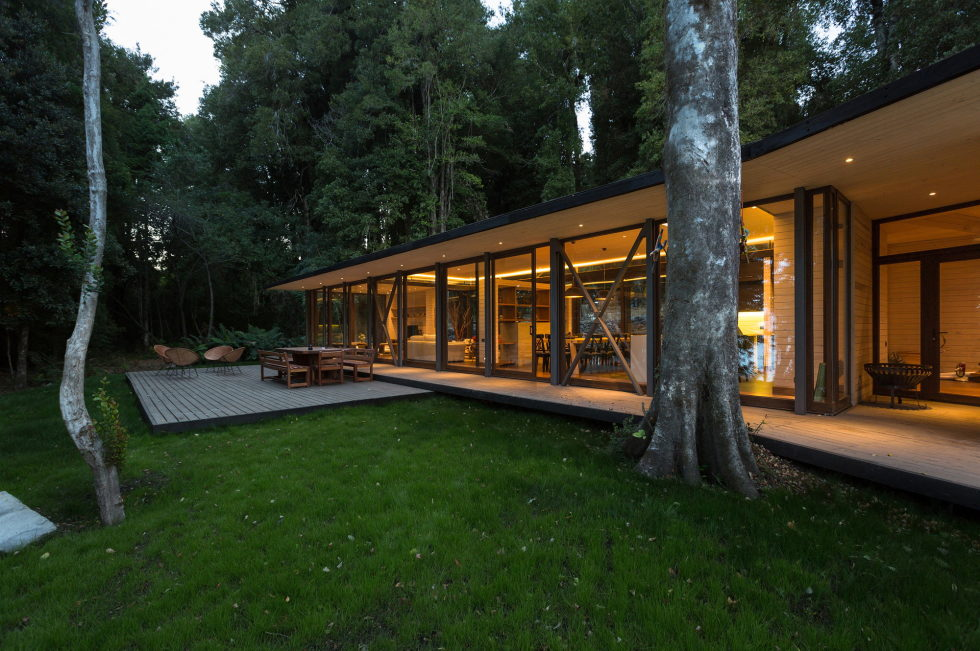 Cozy Family House From Planmaestro Studio On The Lake Shore In Chile 9