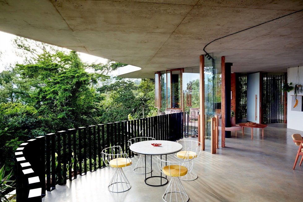 The glass house Planchonella in the tropical forest from Jesse Bennett Architect 3