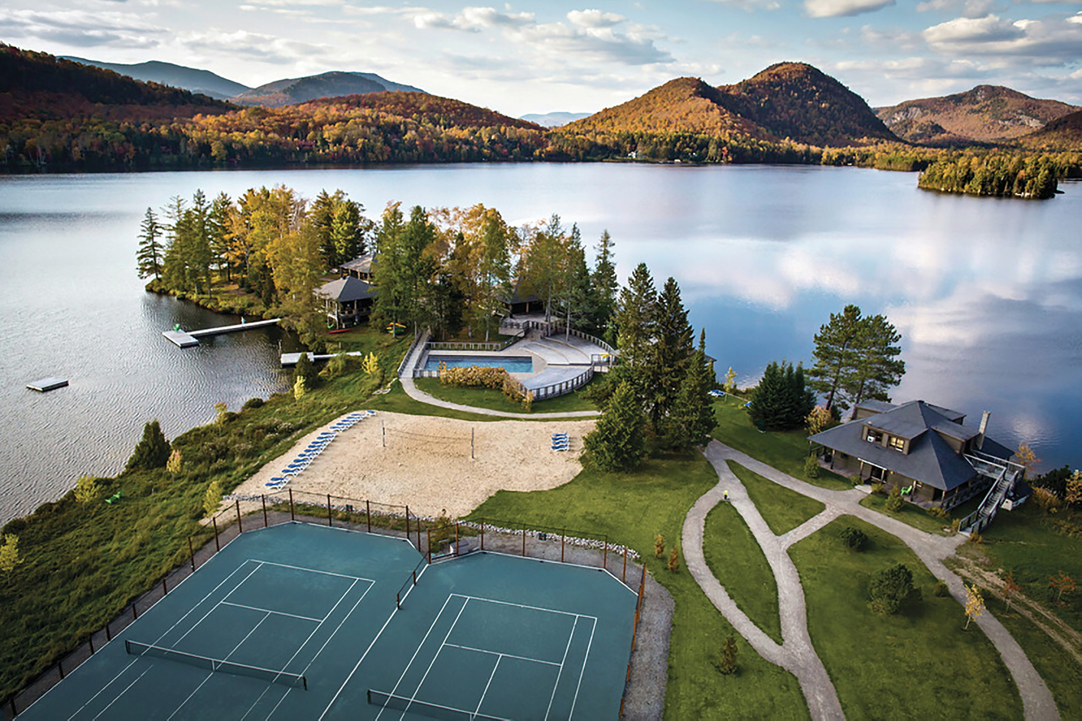 Country houses on the shore of lac sup rieur lake at mont for Lac miroir mont tremblant