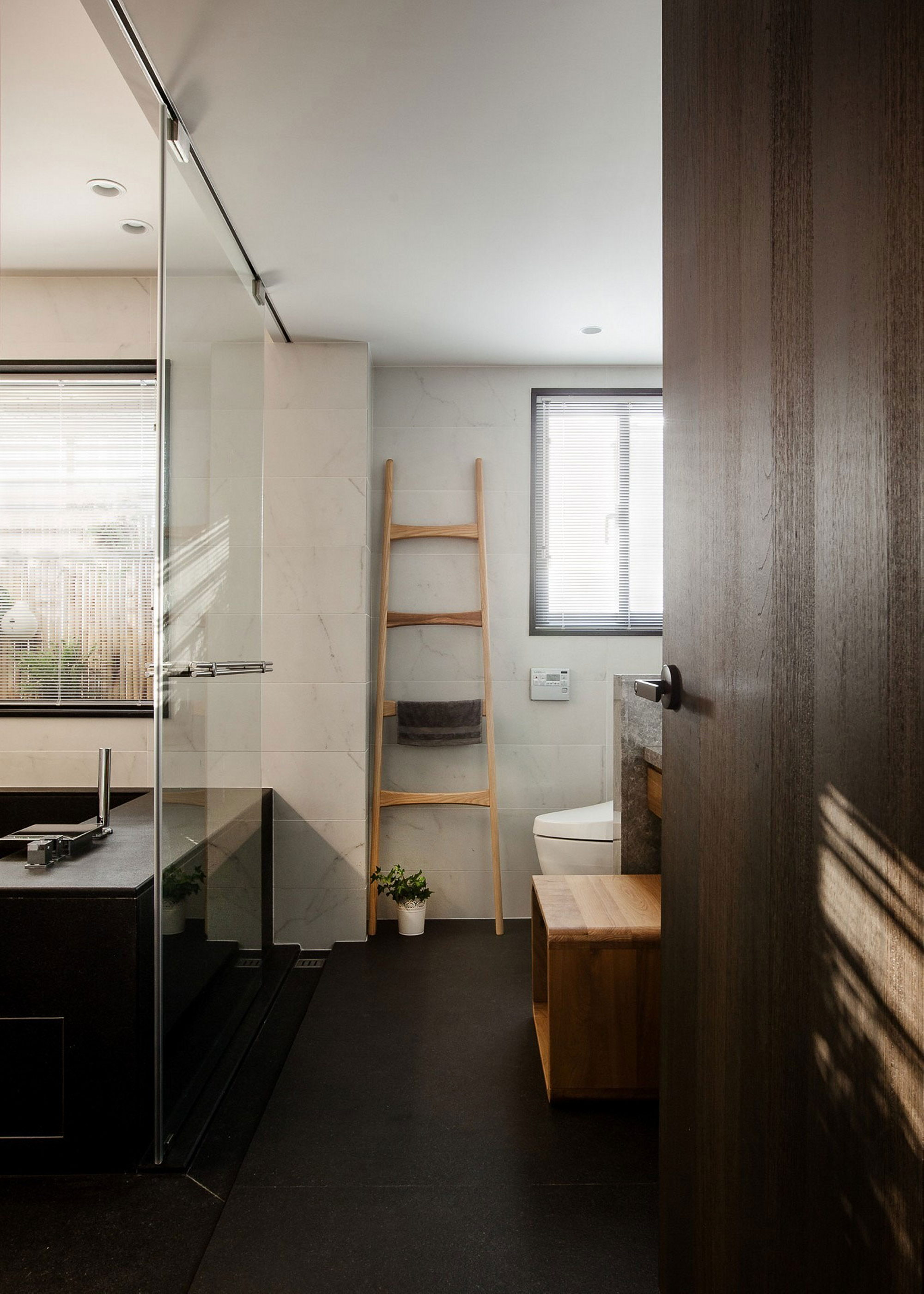 The wang s house apartment in taiwan upon the project of the pm design studio - Badkamer mansard ...