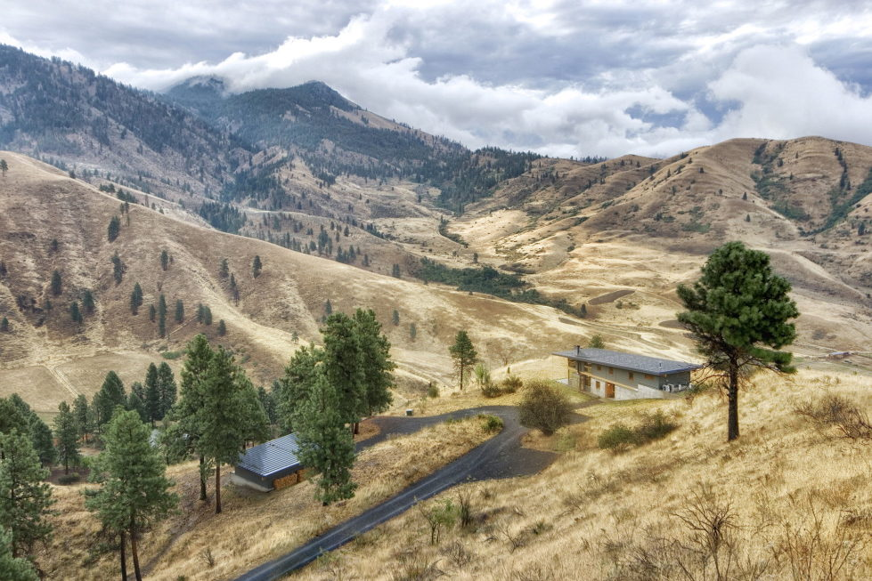 nahahum-the-cozy-house-aslope-the-hill-in-the-usa-15