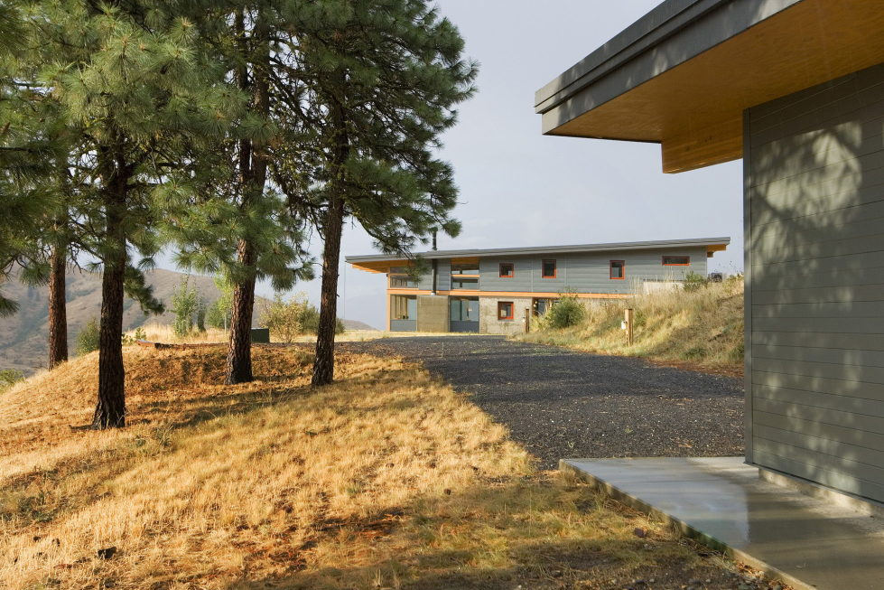 nahahum-the-cozy-house-aslope-the-hill-in-the-usa-17