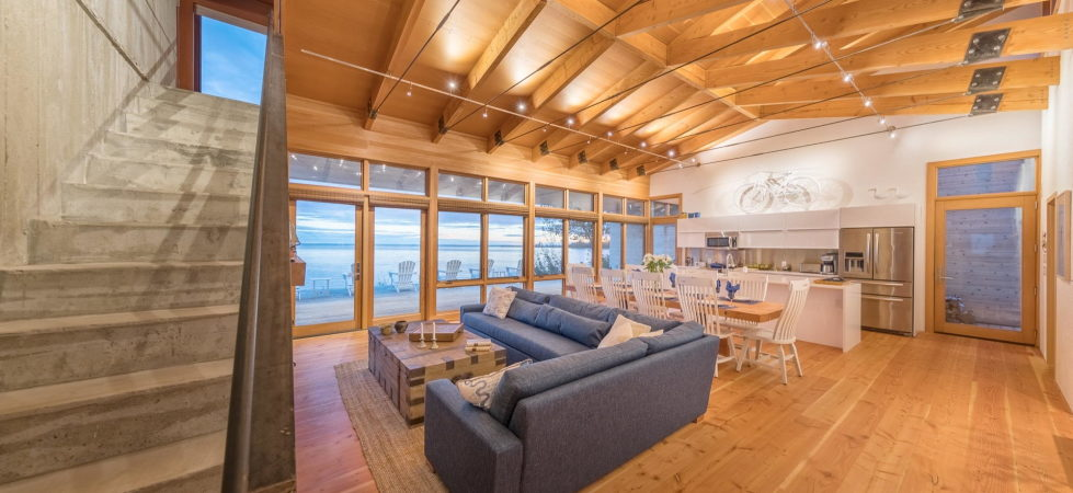 The Beach House On A Rivers Shore In Canada 4