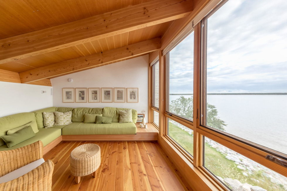 The Beach House On A Rivers Shore In Canada 9