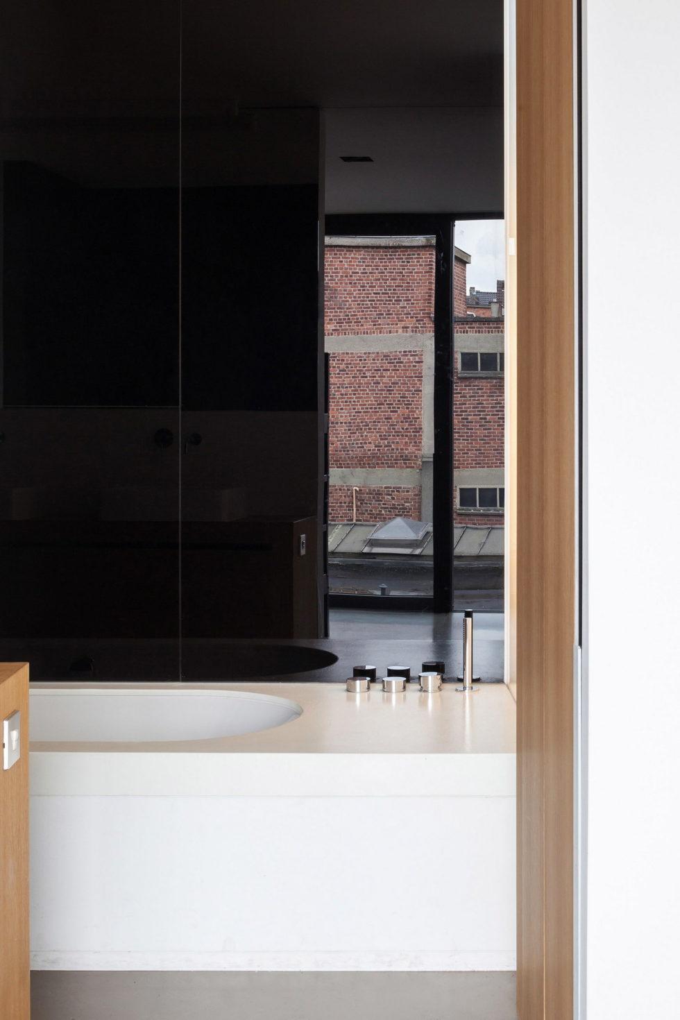 The House With Polyangular Glass Facade In Belgium 19