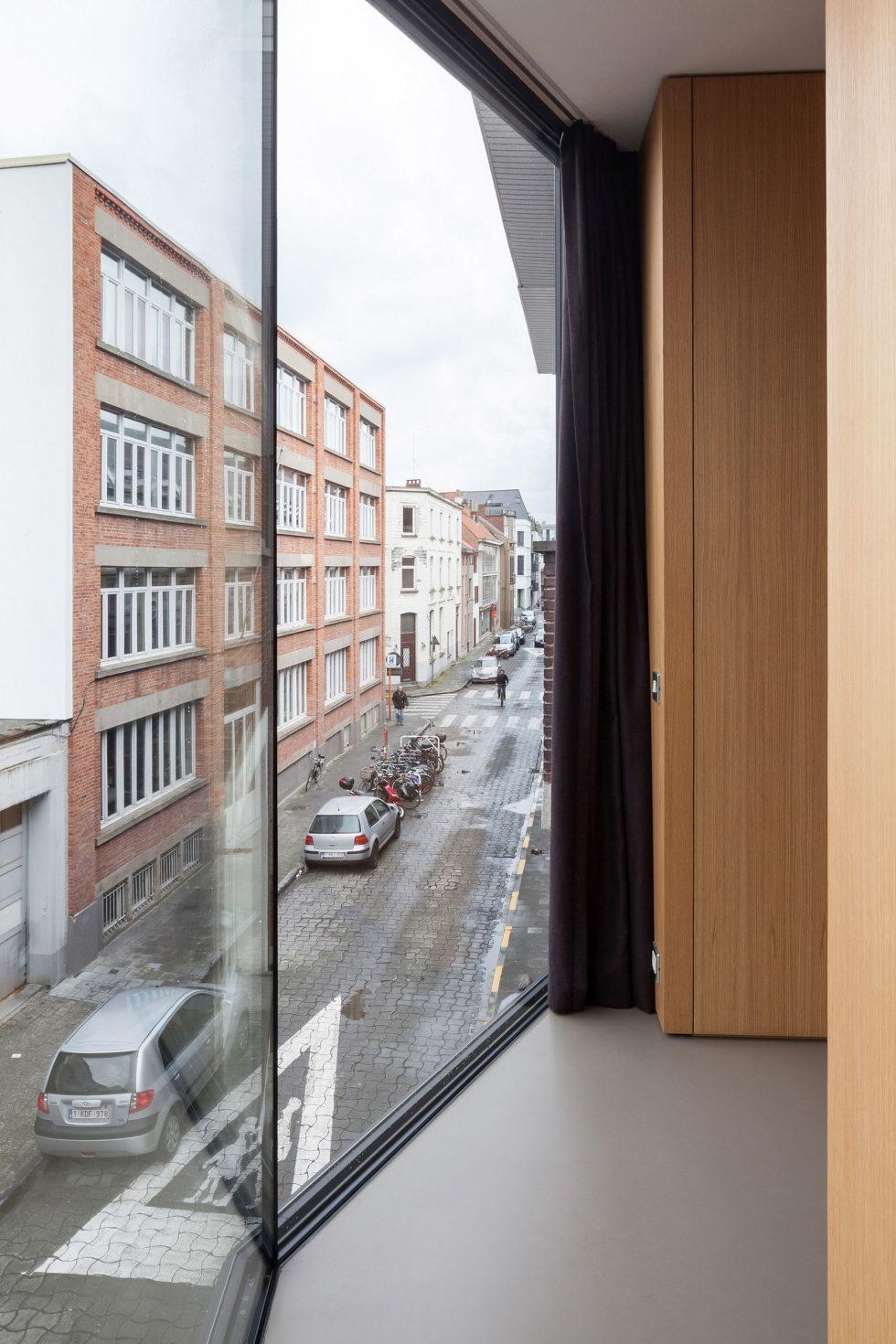 The House With Polyangular Glass Facade In Belgium 23