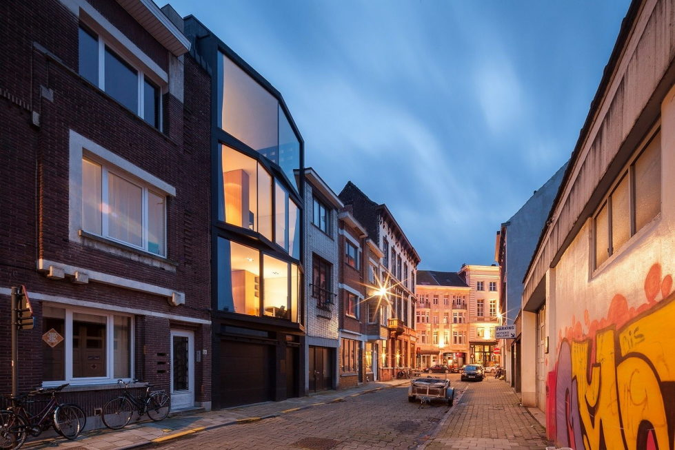 The House With Polyangular Glass Facade In Belgium 28